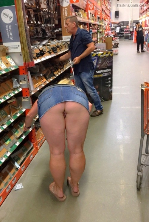 Photo upskirt public flashing no panties milf pics howife flashing store ass flash