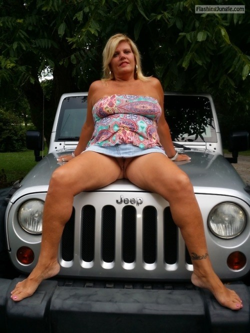Commando jeep girl no panties