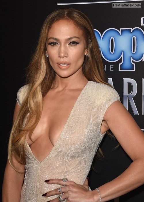 wardrobemalfunction:Jennifer Lopez – Clevage
