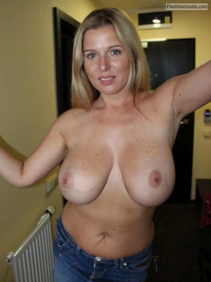 MILF Flashing Pics Boobs Flash Pics