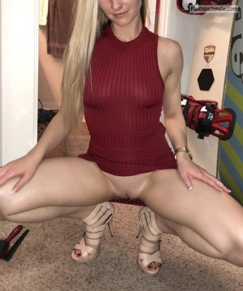 Perfectly shaved pussy of blond pantieless doll upskirt pussy flash no panties