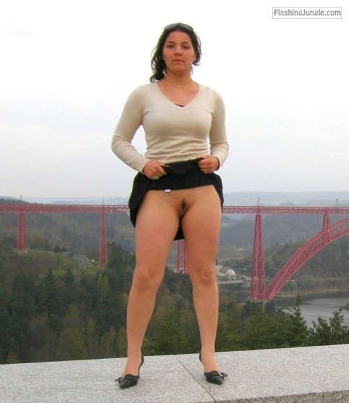 pantylessuniverse: Latina flash public flashing