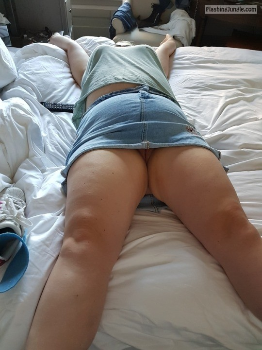lustycurvesherts: Relaxing in the hotel after sight seeing. no panties