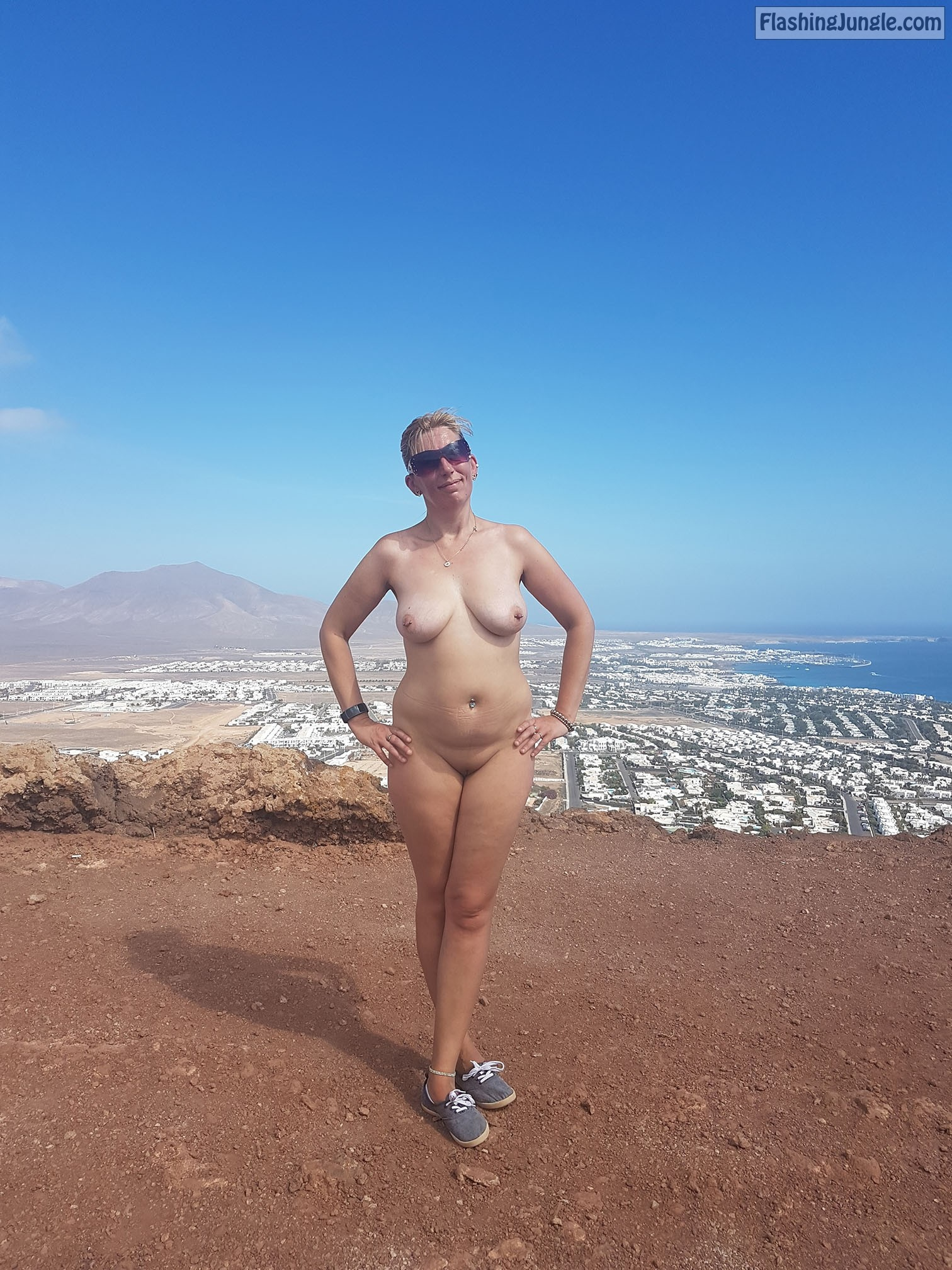 Curvy body fully naked - panorama view