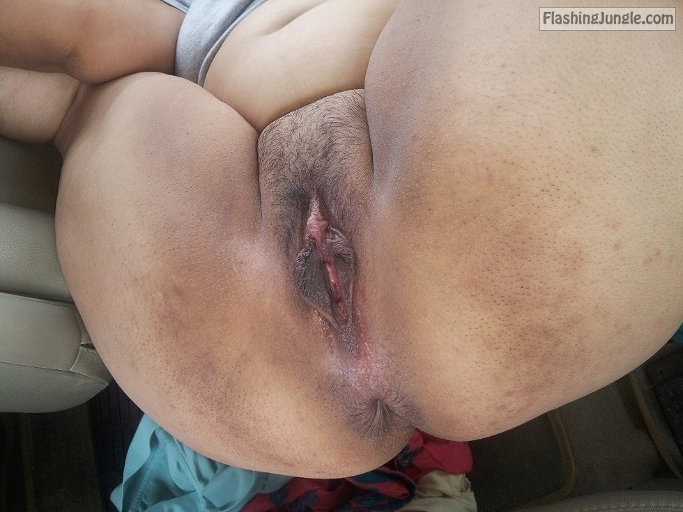 My wifes big pussy and big ass open wide in car