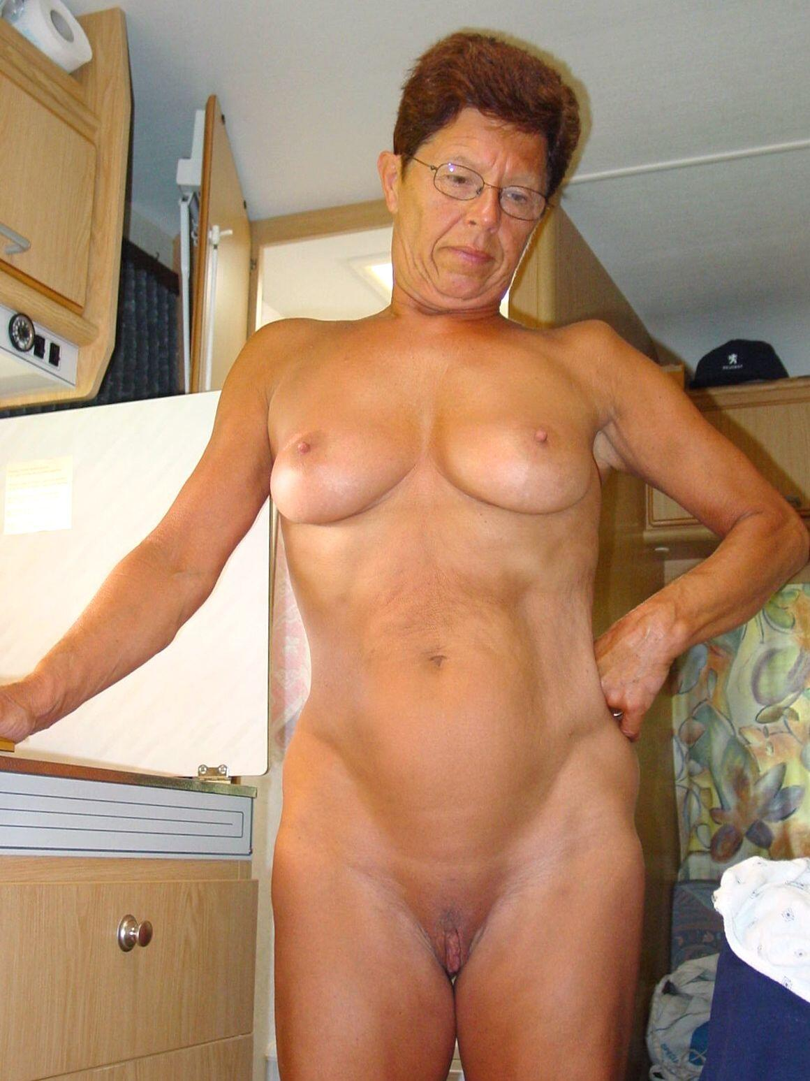 Mature slut friend likes being naked. real nudity mature