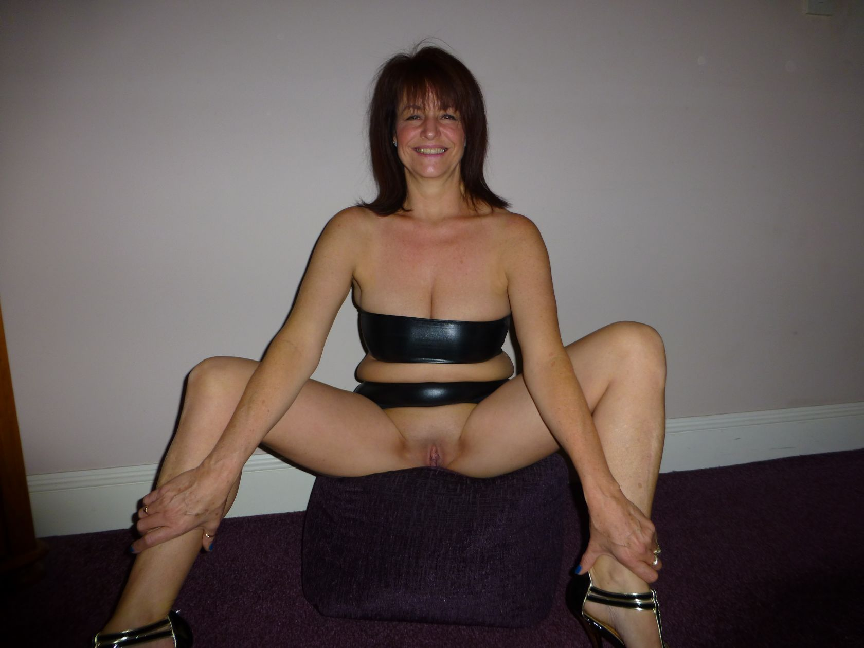 Cute smiling slutwife in latex real nudity pussy flash no panties milf pics mature howife